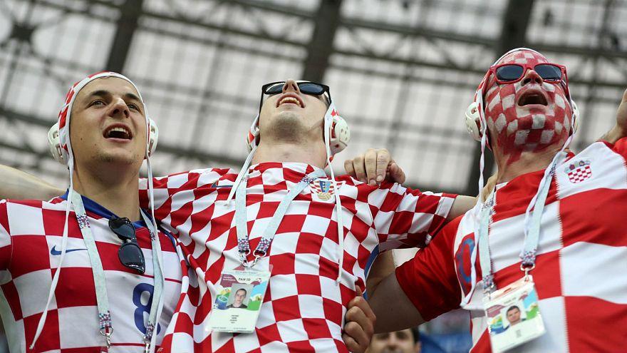 Des supporters croates portent un bonnet de water-polo