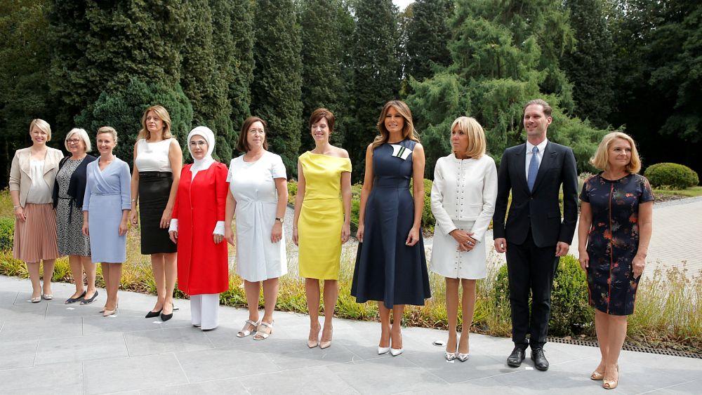 """زوج رئيس وزراء """"لوكسمبورغ"""" جنبا إلى جنب مع زوجات قادة """"حلف الناتو"""" في صورة تذكارية"""
