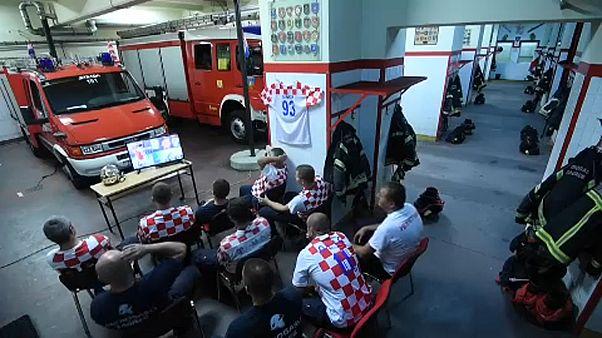 شاهد: رجال إطفاء كروات يتركون مباراة منتخبهم تلبية لنداء الواجب