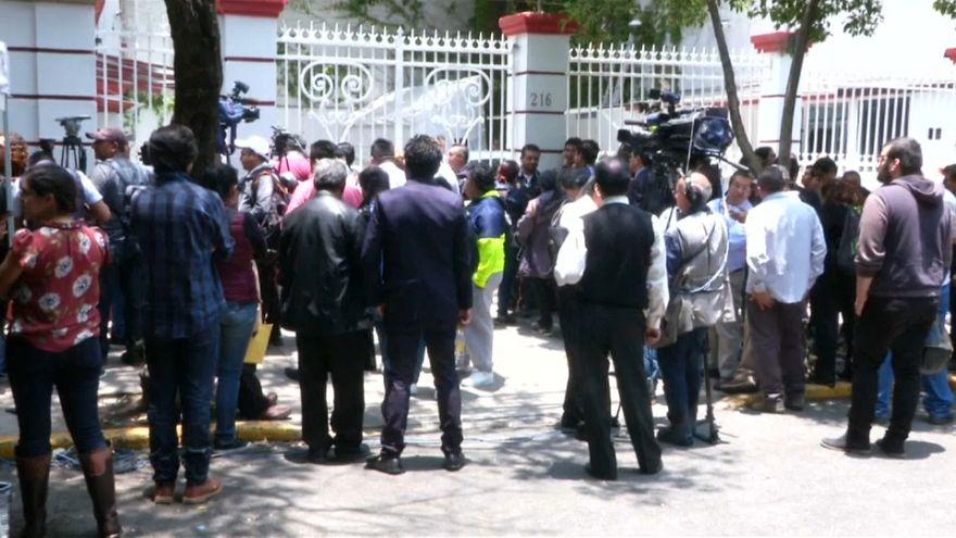 En busca de una oportunidad para hablar con López Obrador