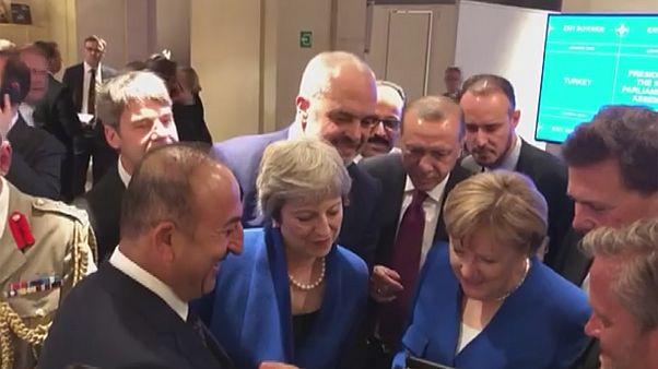 Βίντεο: Μέι, Μέρκελ, Ερντογάν έβλεπαν το Κροατία – Αγγλία από το κινητό του Τσαβούσογλου