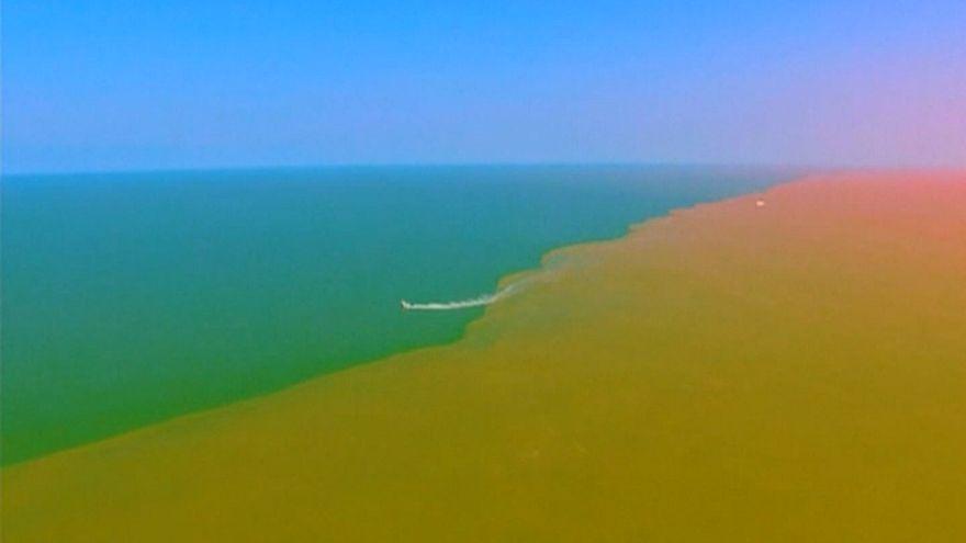 شاهد: نهر من الطين يحول سطح البحر إلى عرض سحري