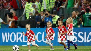 Kinder auf dem Spielfeld: Die schönsten Vater-Kind-Momente der WM [Fotogalerie]