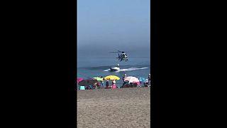 Un helicóptero de policía persigue a un narco hasta una playa española