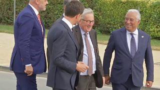 تلو تلو خوردن رئیس کمیسیون اروپا در نشست سران ناتو