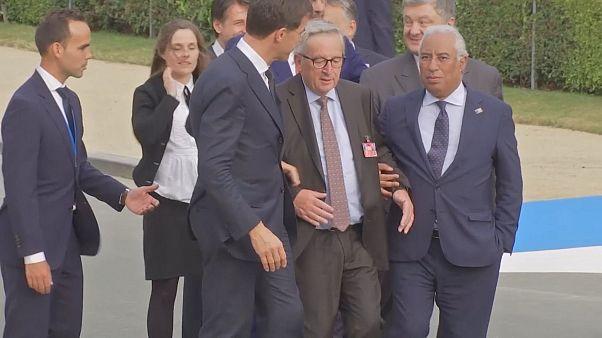 EU-Kommissionspräsident Jean-Claude Juncker gestützt von anderen Männern