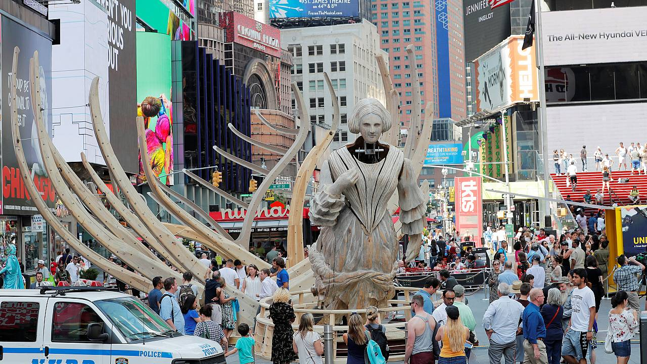 Mel Chin a installé une prou de bateau semi-virtuelle sur Time Square