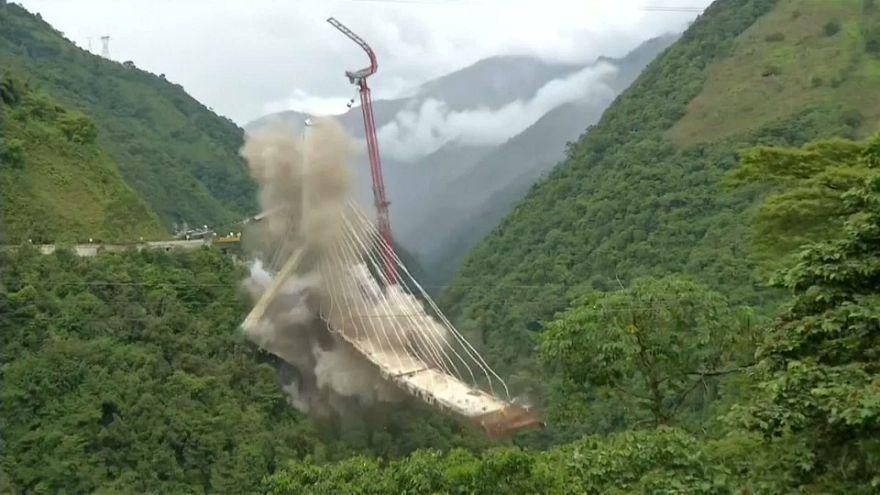 Colombia dinamita los restos de un puente colgante