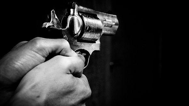 إيقاف سيّدة أردنية أشهرت سلاحاً بوجه قاضٍ في عمّان