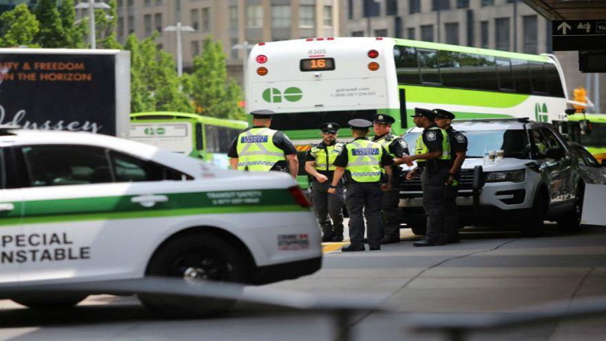 أفراد من الشرطة الكندية في تورونتو يوم الخميس