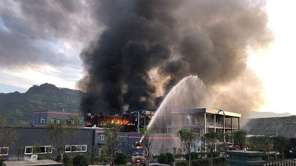 Wasserfontäne von Feuerwehr auf riesige Rauchwolke