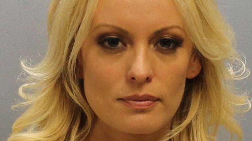 الإفراج عن الممثلة الإباحية ستورمي دانيالز بعد اعتقالها في نادٍ للتعري