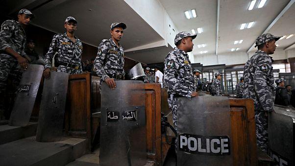 عناصر من الشرطة المصرية في قاعة محكمة - أرشيف رويترز