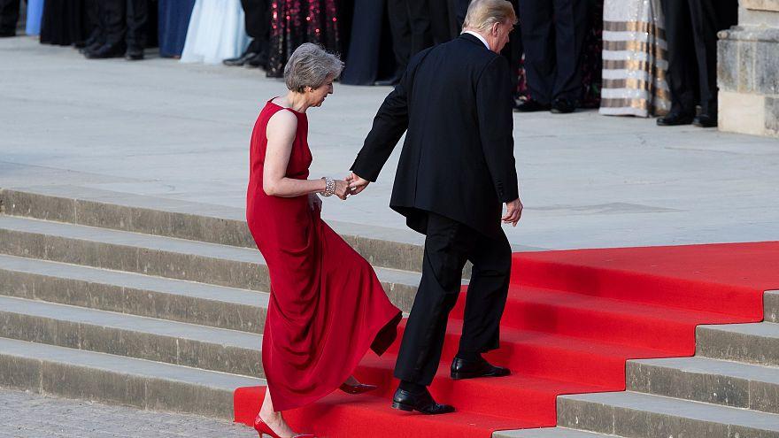 شاهد: موقف محرج بين ترامب وماي  خلال مراسم استقباله في قصر بلاينهايم