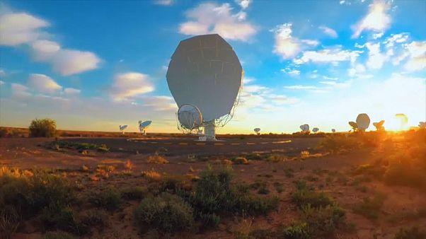 Antennen des MeerKAT-Radioteleskops im Sonnenuntergang
