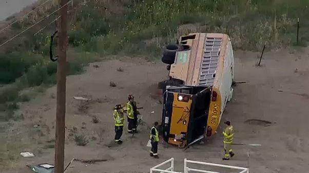 Amerikai iskolások sérültek meg egy buszbalesetben