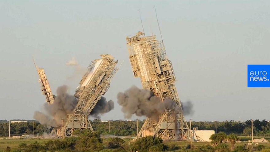 Démolition de deux tours de lancement de la NASA
