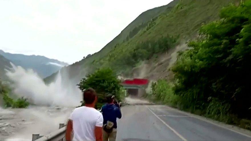 Schwerer Steinschlag auf der Nationalstraße in der Provinz Sichuan