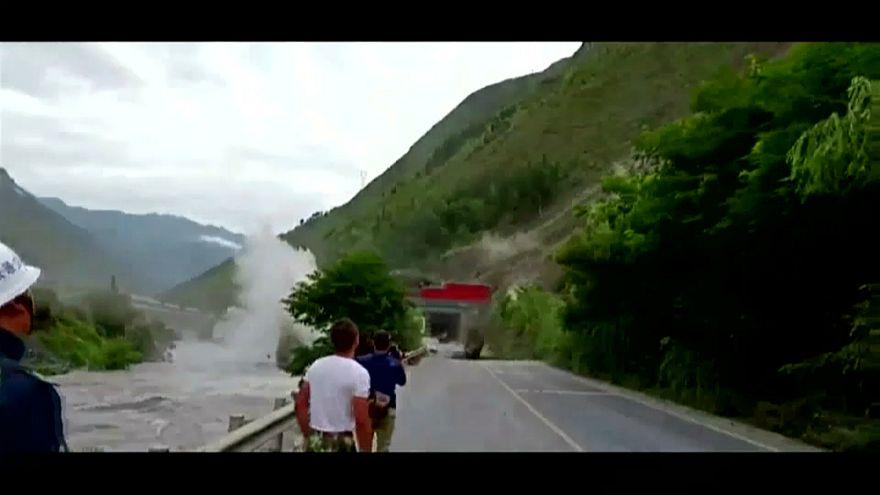 Otoyola düşen kayalar Çin'de trafiği durdurdu