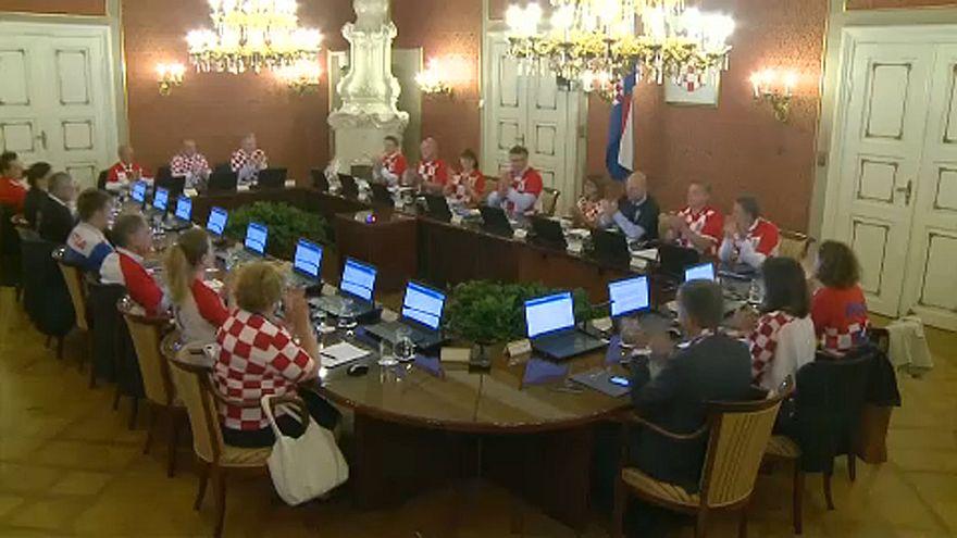شرکت وزیران در جلسه هیات دولت کرواسی با لباس تیم ملی