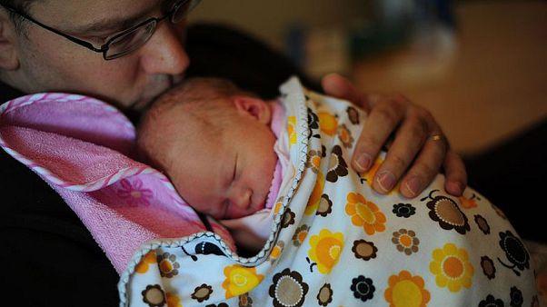 4 hónapos, kötelező szülői szabadságra küldené az EP az apukákat is