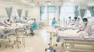 الأطفال الذين تم انقاذهم من كهف في تايلاند على أسرة في مستشفى بتشيانج راي