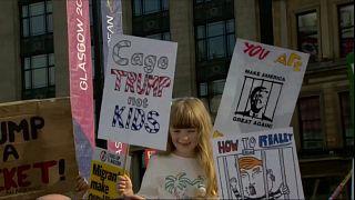 طفلة تحمل شعارات مناوئة لترامب في اسكتلاندا