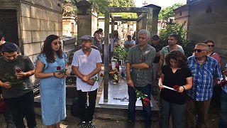 Grup Yorum üyeleri Yılmaz Güney'in mezarı başında açıklama yaptı