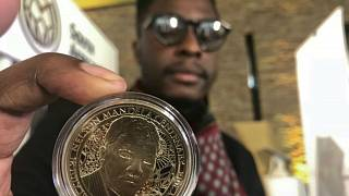 عملة معدنية عليها صورة الزعيم الراحل نيلسون مانديلا في الذكرة المئة لمولده