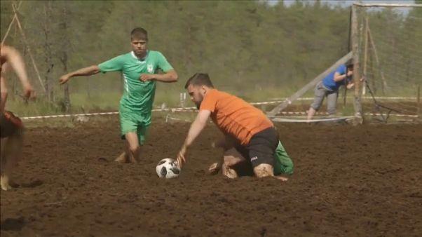 شاهد: جديد كرة القدم في روسيا.. مباراة في ملعب من الوحل