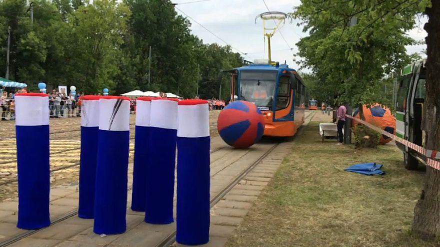 """شاهد: قطارات """"رياضية"""" تتنافس في مسابقة """"البولينغ"""" بروسيا"""