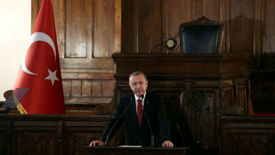 الرئيس التركي رجب طيب اردوغان يلقي كلمة في مبنى البرلمان القديم