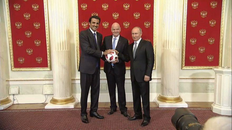 شاهد: أمير قطر يتسلم راية استضافة كأس العالم من بوتين