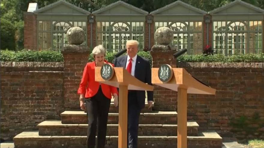 "May: ""Trump mi ha chiesto di fare causa alla UE"""