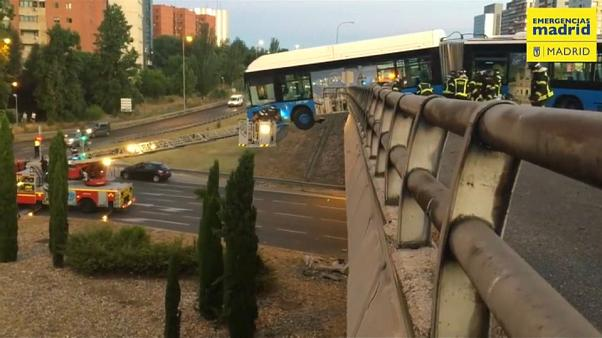 Madrid: Linienbus hängt nach Unfall an Brücke fest