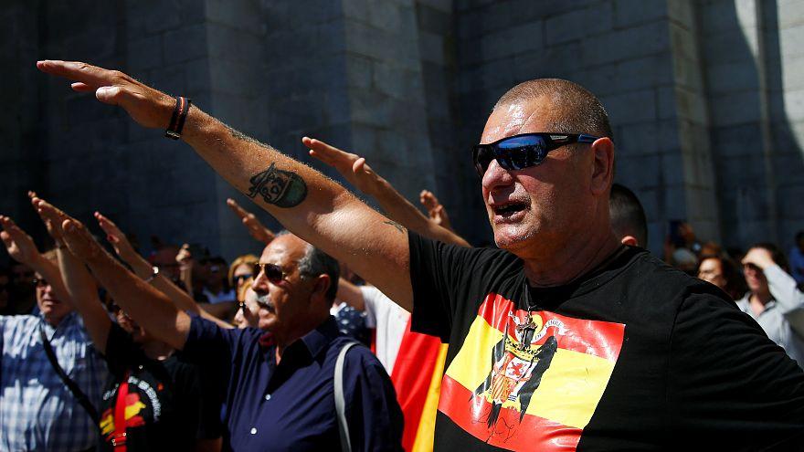 Etwa 1.000 Franco-Anhänger demonstrieren bei Madrid: 10 Fotos