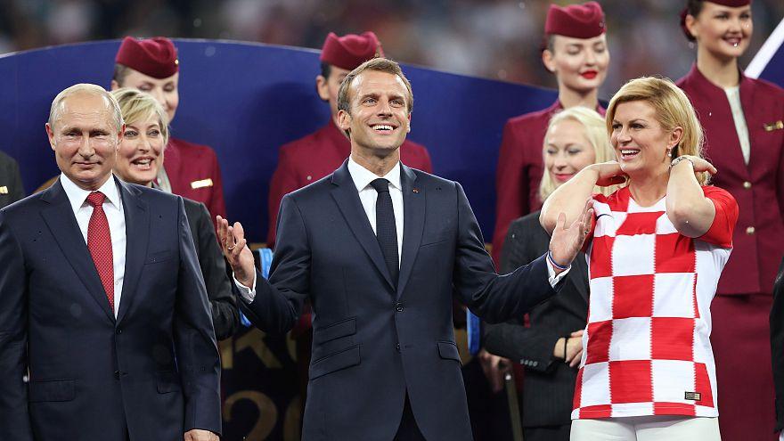 Macron présente aux Bleus un soldat blessé