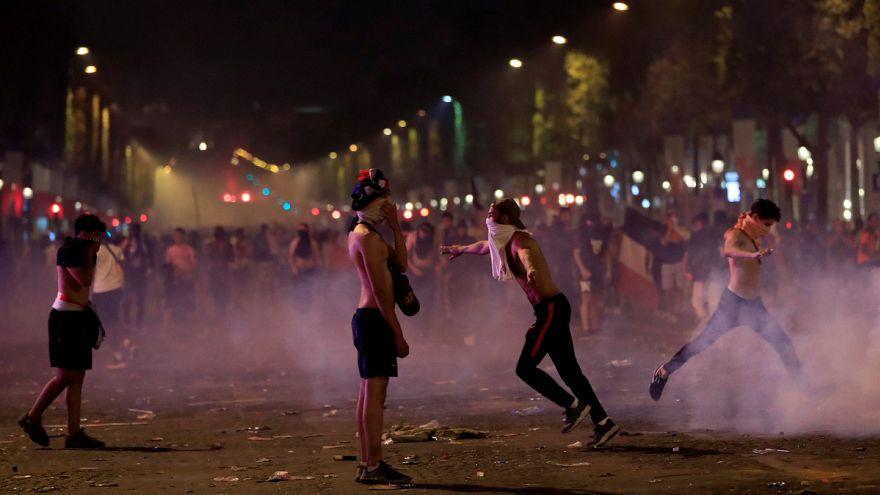 Több francia városban is rendőröknek kellett szétoszlatnia a törő-zúzó szurkolókat