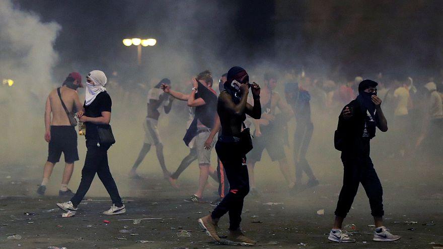 Canhões de água e gás lacrimogéneo no fim da festa