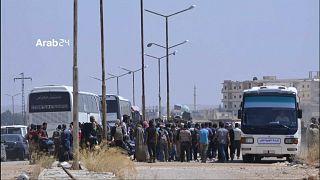 بعد سنوات من الحصار وأسابيع من القصف الجوي، مسلحو درعا ينسحبون!