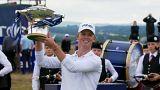 براندون ستون يحمل كأس بطولة اسكتلندا المفتوحة للغولف