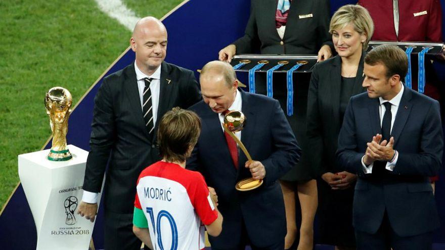 بوتين أثناء تسليمه لجائزة أفضل لاعب بالبطولة للكرواتي لوكا مودريتش