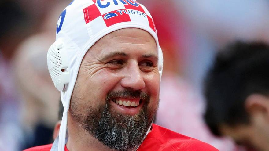 Hırvat taraftarlar niçin su topu şapkası takıyorlar?