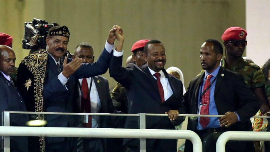الزعيمان الاثيوبي أبي أحمد (إلى اليمين) وإسياس أفورقي يقفان متشابكي الأيدي