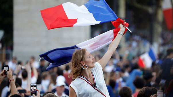 """França acorda em festa """"com a cabeça nas estrelas"""""""