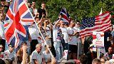 متظاهرو اليمين البريطاني يقطعون الطريق على حافلة تقودها امرأة محجبة