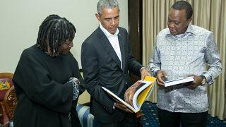 الرئيس الكيني أوهورو كينياتا يستقبل الرئيس الأمريكي السابق باراك أوباما