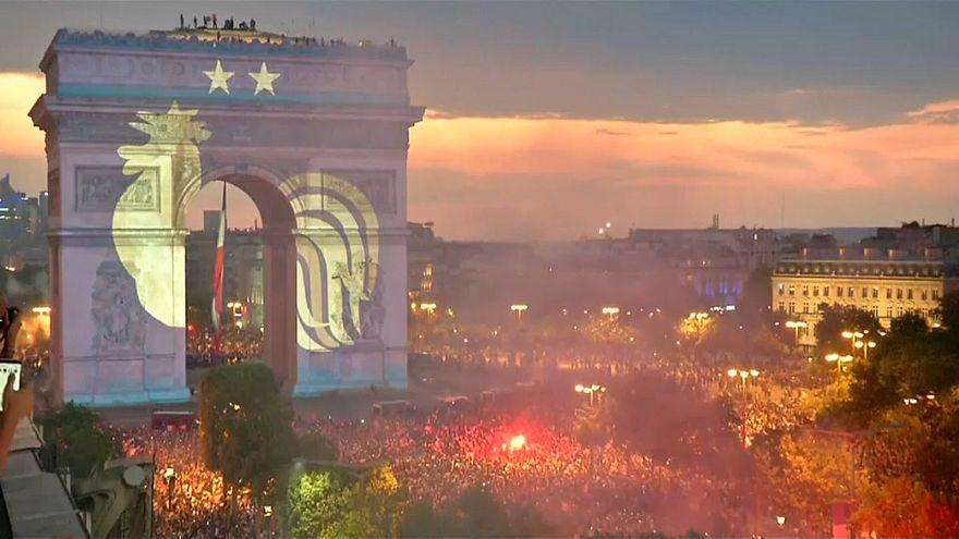 Paris in Blau-Weiß-Rot