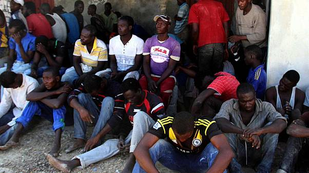 شاهد: العثور على 8 جثث ونحو 90 مهاجراً داخل شاحنة لحوم في ليبيا