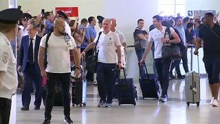 شاهد: لاعبو المنتخب الفرنسي يغادرون مطار موسكو وسط أجواء من الفرح